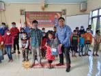 Kades Gondowido Ngebel Serahkan Beasiswa Dan Perlengkapan Sekolah Bagi Siswa Kurang Mampu