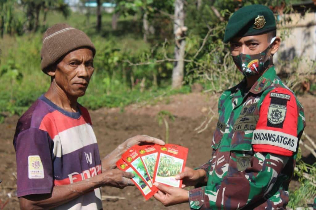 Beri Bantuan Bibit Tanaman oleh Satgas Yonarmed 6/3 Kepada Masyarakat Perbatasan