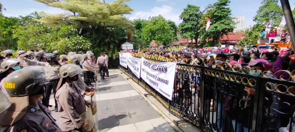 Warga Madura Lakukan Demo di Balai Kota Surabaya