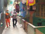 Polsek Cengkareng Jakbar Bersama Petugas PPKM Mikro, Melakukan Penyemprotan Disinfektan