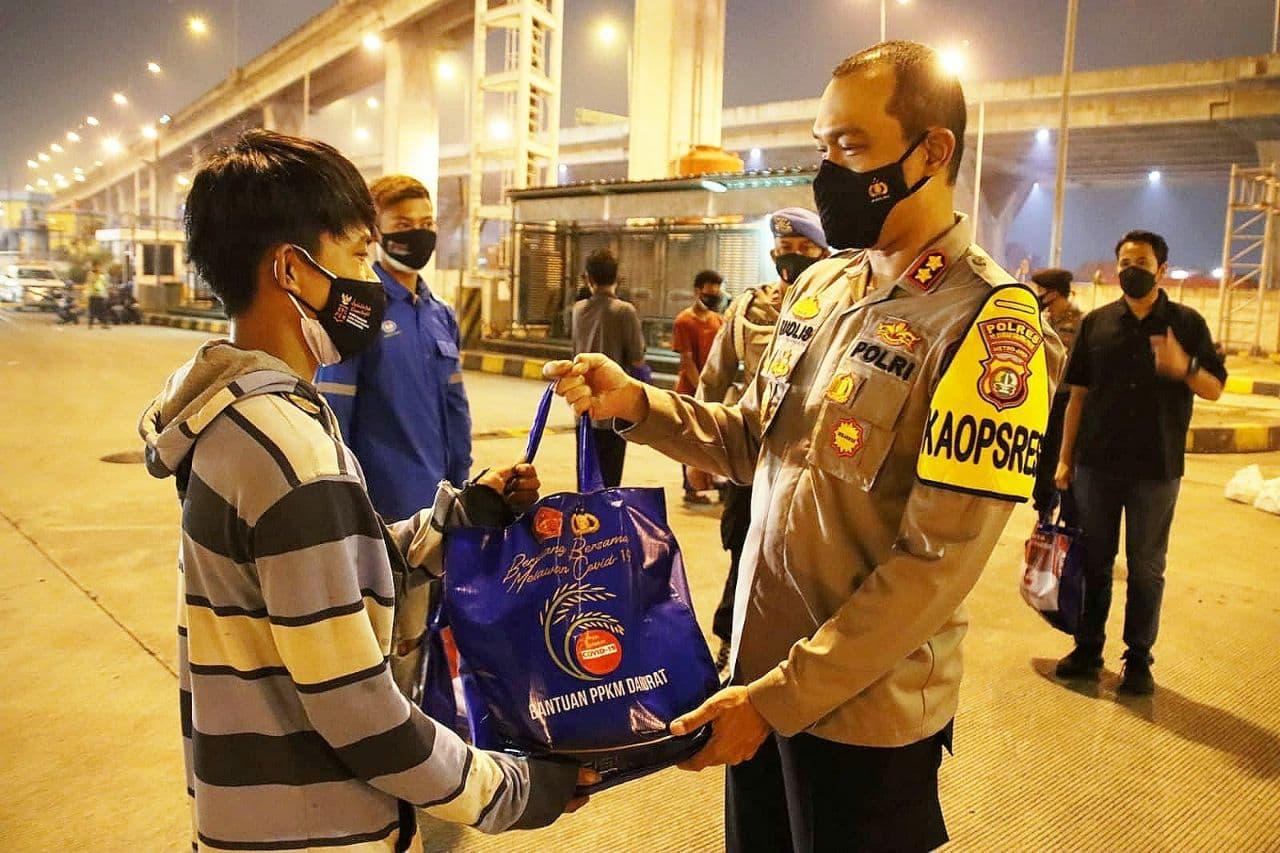Kegiatan Pembagian Sembako Kepada Pekerja dan Pengguna Jasa di Pelabuhan Tanjung Priok