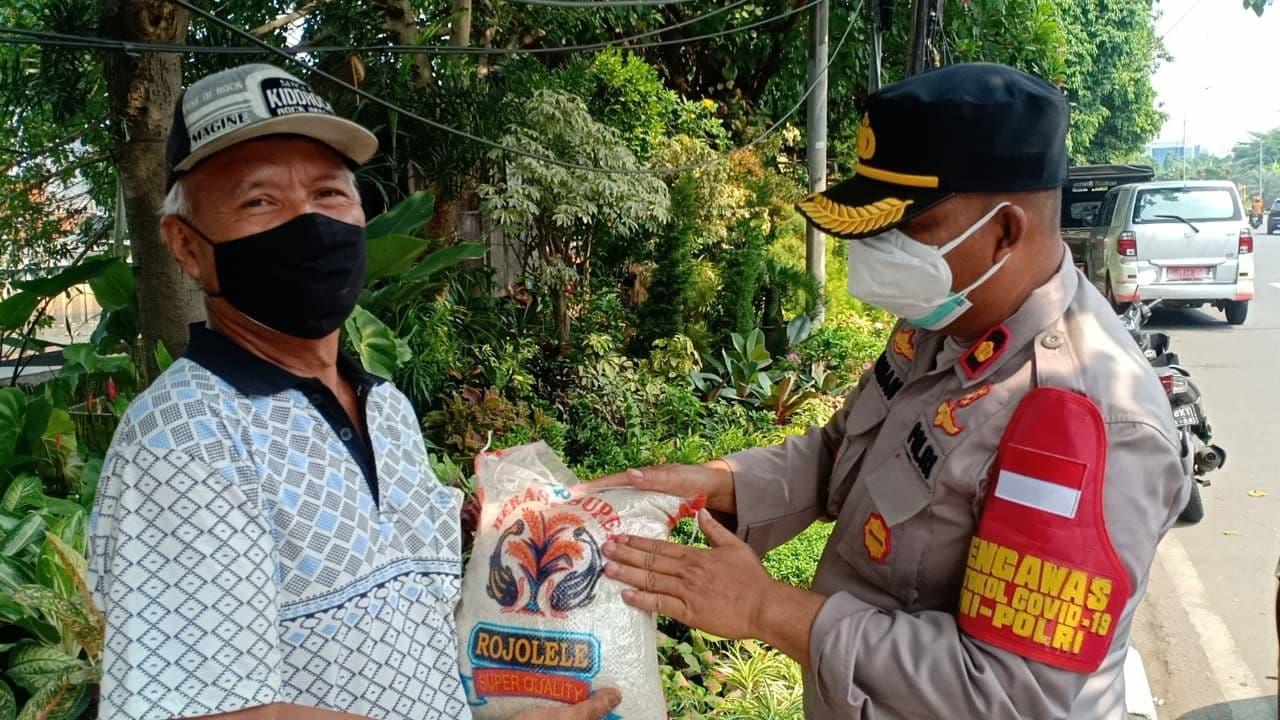 Polsek Cengkareng Bagikan Sembako Beras ke Warga Kurang Mampu di Kolong Tol FO TL