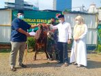 Dandim 0503/JB di Dampingi Ketua Persit Serahkan Hewan Qurban Kepada Panitia Idul Adha 1442 H/2021 M.
