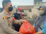 Kapolsek Kalideres Berikan Paket Sembako Korban Kebakaran di Jakarta Barat